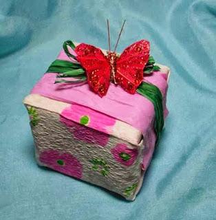 فراشة تزين علبة هدايا رائعة 2
