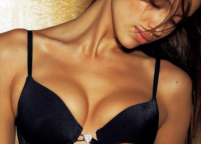 Las mujeres después de las operaciones plásticas de los pechos