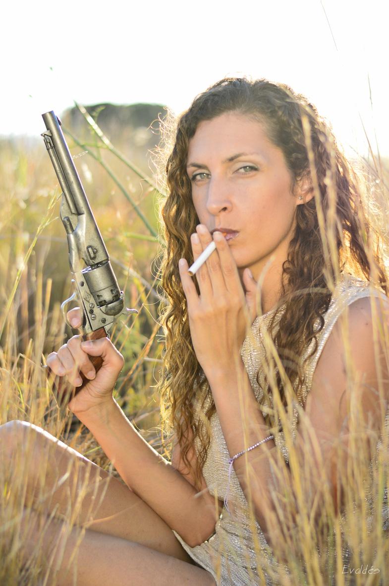 Evaldes. Retrato en el campo con revolver.
