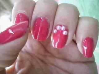 Manicura rosa con perlas