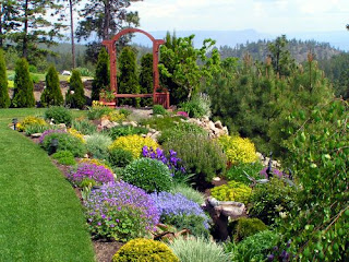 colourful-backyard-garden-landscaping-ideas