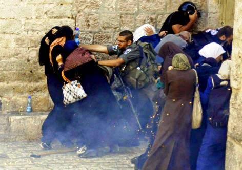 Policiais israelenses empurram mulheres palestinas