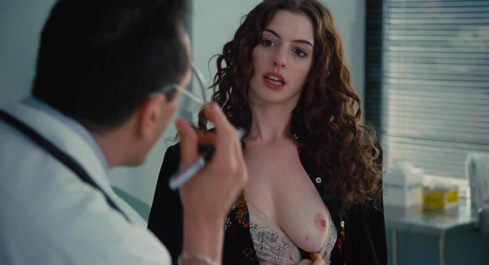 http://1.bp.blogspot.com/-jfRnYcc4QLk/T_FRJMeO3CI/AAAAAAAABJ4/HJ64aWq3AS0/s1600/Anne+Hathaway+-+Love+and+Other+Drugs+0048.jpg