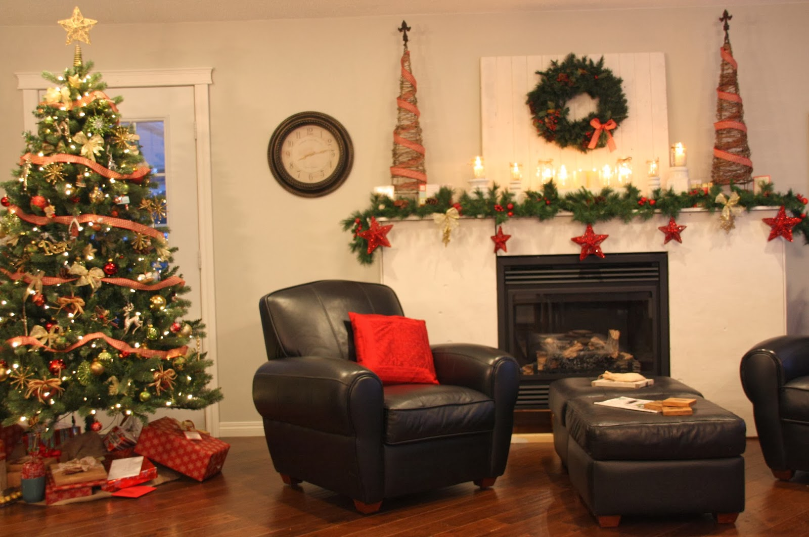 That country place christmas in the family room and - Living room decorating ideas for christmas ...