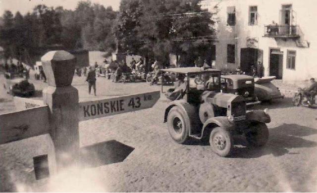 Nad ramieniem drogowskazu z napisem Końskie - kamienny krzyż. Fotografie z pierwszych miesięcy niemieckiej okupacji 1939. Fotografie udostępnił Paweł Grabalski.