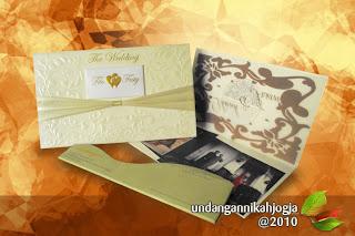 undangan pernikahan hardcover dengan desain elegan