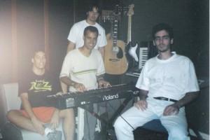 """""""Ávora Di Carlla"""" é uma banda brasileira de Rock Progressivo da cidade de Vitória, no Espirito Santo, formada na década de noventa pelo cantor, compositor e letrista """"Gustavo Caverzan"""". Oficialmente pode-se considerar o ano de 1998 como o do início da banda, apesar de que as composições do Gustavo já estavam em criação latente durante a década de 90, apenas como voz e violão até que aos poucos várias pessoas foram se aproximando do projeto  e o embrião de  um coletivo musical voltado especificamente para gravações em estúdio surgiu. Foi em 1998 que a banda fez a sua única apresentação até hoje e descrita pelo próprio Gustavo como pequena, confusa e direcionada para divulgar outras bandas, nas quais eles acabaram entrando na ultima hora e tocaram algumas das primeiras composições.  Preferem identificar portanto o projeto Ávora di Carlla como um projeto de estúdio, pois os ensaios e encontros realizados foram sempre direcionados para a produção do disco e do próximo que virá;  na verdade é uma obra única intitulada  """"O Velho, A Carne E A Psicodélica Árvore Do Imaculado Ventre Da Terra"""" com sete partes no volume 1 e mais três no volume dois totalizando 10 partes. Segundo as palavras de Gustavo, a obra em sua totalidade nos sugere pensar pela afecção da habitação poética contida em seu mito, a dinâmica do existir humano na sua responsabilidade para com a construção de si mesmo. Assim, as imagens que mostram as experiências de abismo (dor) e cume (obra de vida), são formadas em um movimento cujo itinerário vai do crepúsculo à aurora (Disco I) e da aurora ao crepúsculo (Volume II).. Elas abordam as tensões entre um conceito incoerente, por um lado, e a clareza cristalina e imaginação sem limites da música no outro. Do ponto de vista puramente musical, o seu apelo eclético deriva de constantes mudanças desde prog sinfônico, jazz, blues lentos, passagens acústicas bucólicas, space rock, avantgarde e arte da música ocidental, cheio de teclados, num clima orquestral prog sinf"""