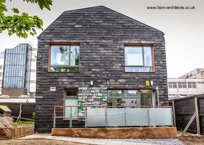 Casa sustentable hecha con materiales de desecho