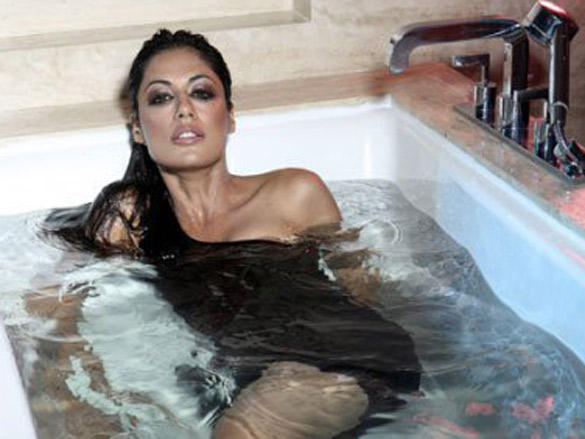 Chitrangada singh hot and wet in bathtub