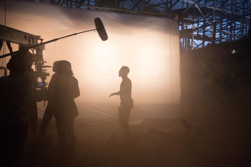 Imagen del rodaje de El Mar de los Monstruos. Se ve la silueta a contra luz de Brandon T. Jackson y otros miembros del equipo.