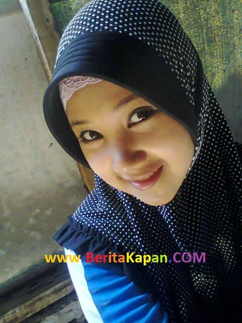 Gadis Cantik Menggunakan Hijab Warna Hitam