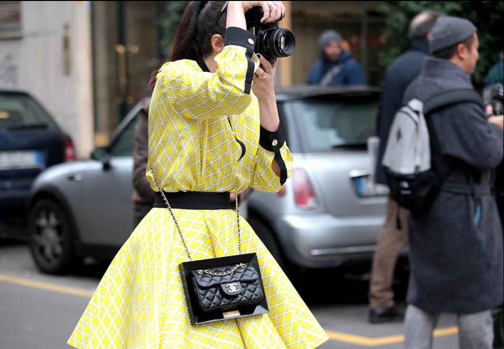Look en amarillo con bolso Chanel negro