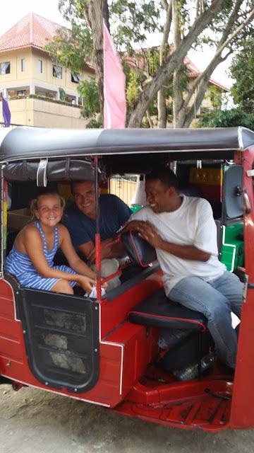 Yayo y Macarena subidos en un tuk tuk de Sri Lanka