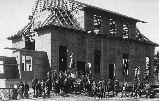 Końskie, budynek Sokolni w trakcie budowy. Fotografia prawdopodobnie z 1929 r., podpis: Fotografia artystyczna A. Borowiec z Końskich. Fot. z kolekcji KW