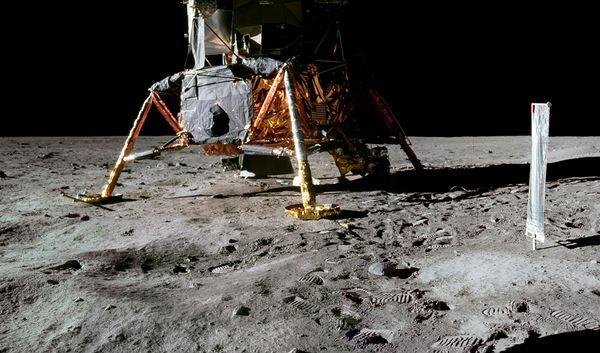 moon hoax no crater 10057 600x450 Menganalisa Peristiwa Pendaratan Manusia Pertama Kali Di Bulan