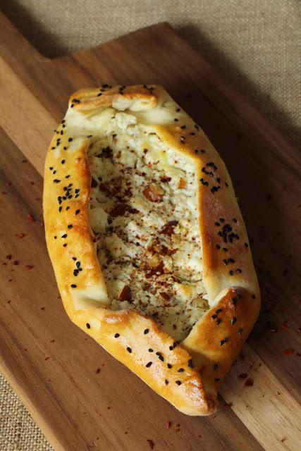 Vegetarische Pide mit Feta und Nüssen