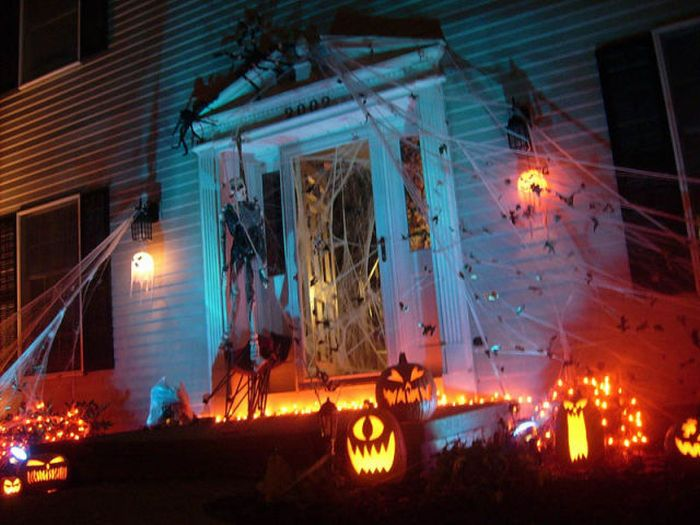 Spooky halloween front yard decorations damn cool pictures for Home halloween decorations