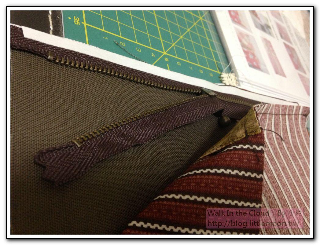 以水溶性膠帶將拉鍊、裡布與表布固定