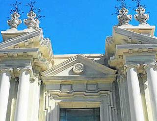 Imagen después del proceso de iconoclasia de la Fachada de la Facultad de Filología de la Universidad de Sevilla