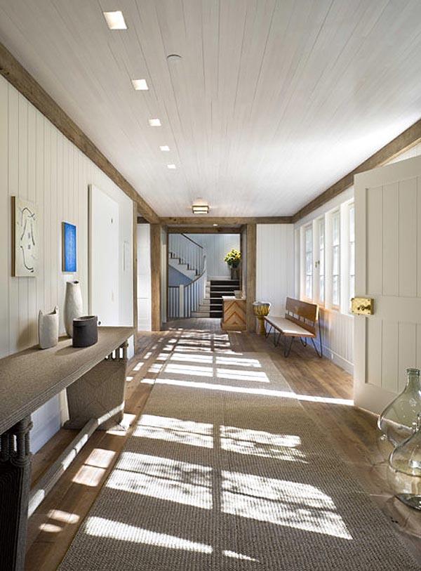 Vista de una de las galerías de la casa revestida de madera