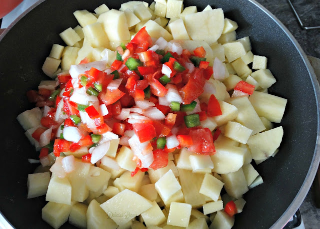 Olla con papas en cubos y salsa criolla