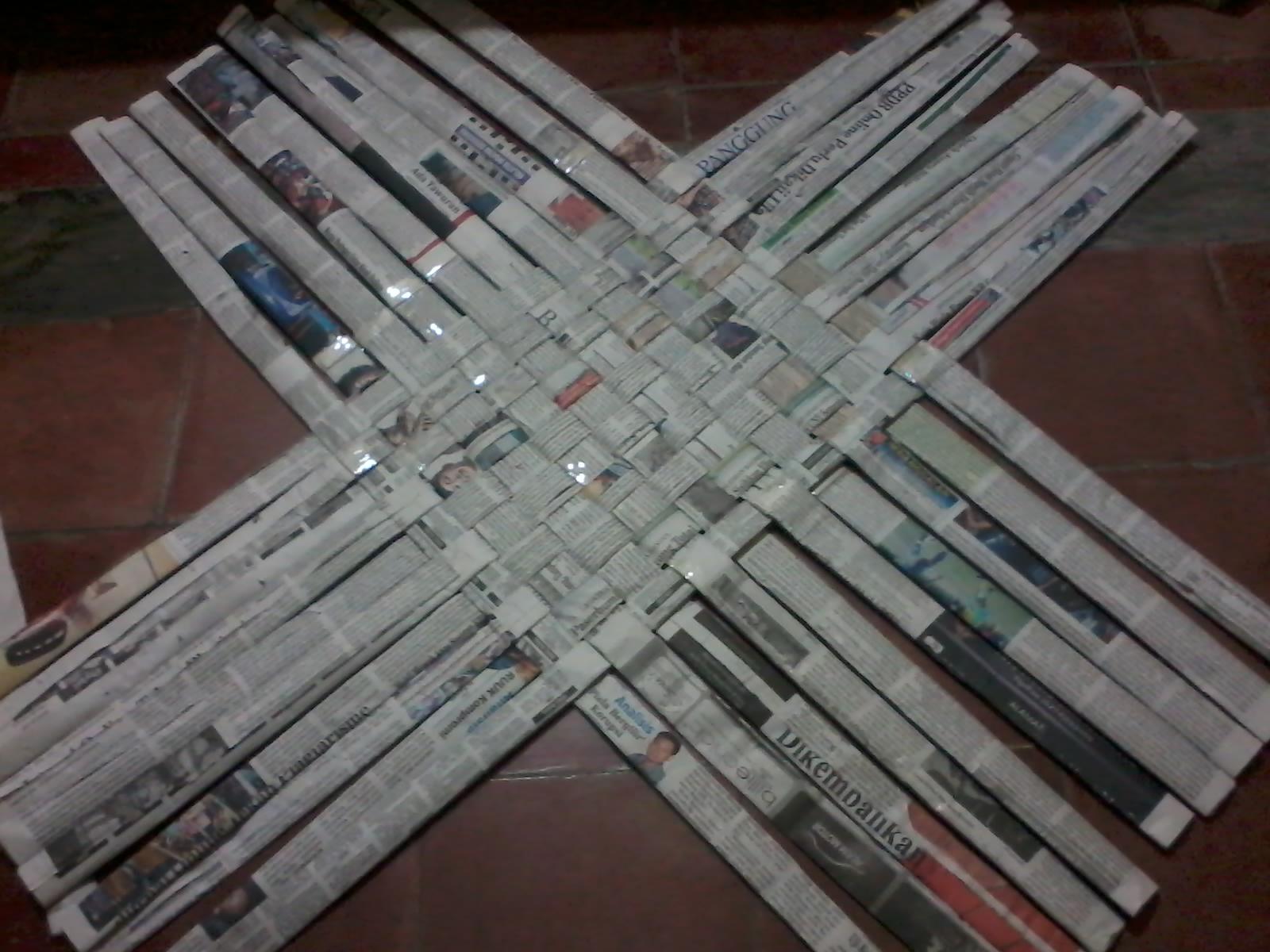 Foto Setiap Selesai Menganyam Satu Helai Satukan Ujung Koran Dengan