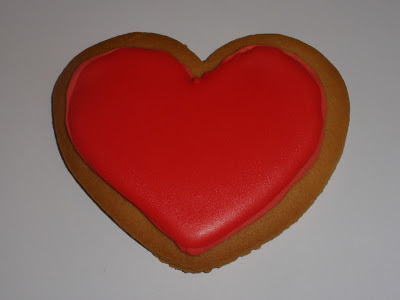 GALLETA DE MANTEQUILLA CON FORMA DE CORAZÓN DECORADA CON GLASA REAL DE COLOR ROJO