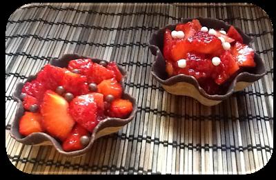 Tulipas de chocolate con crema pastelera y fresas