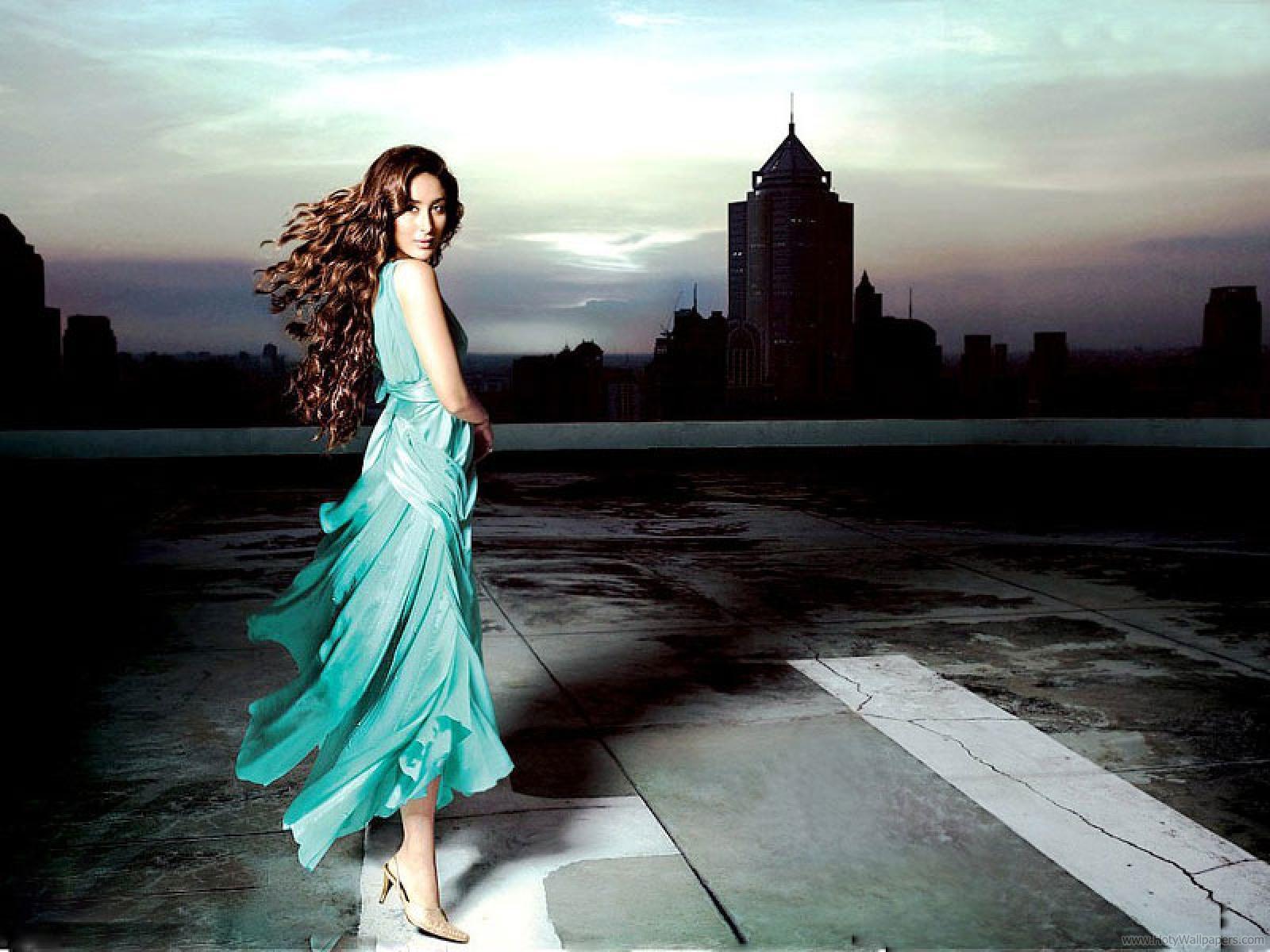 http://1.bp.blogspot.com/-jjsJNDl-V5E/TwsA9ZJO8BI/AAAAAAAADcw/nH5CxVgeqV4/s1600/Pretty_Kareena_Kapoor_Agent_Vinod_Wallpaper.jpg