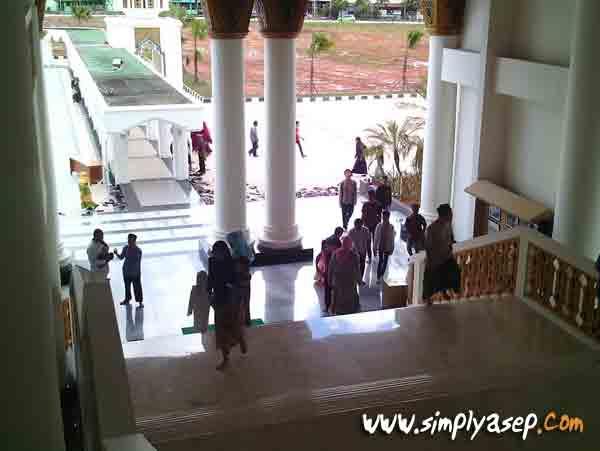 TANGGA :  Salah satu tangga di sisi kanan dari sisi dalam Masjid Mujahidin. Bagi yang tidak mampu berjalan tangga bisa menggunakan lift.  Foto Asep Haryono