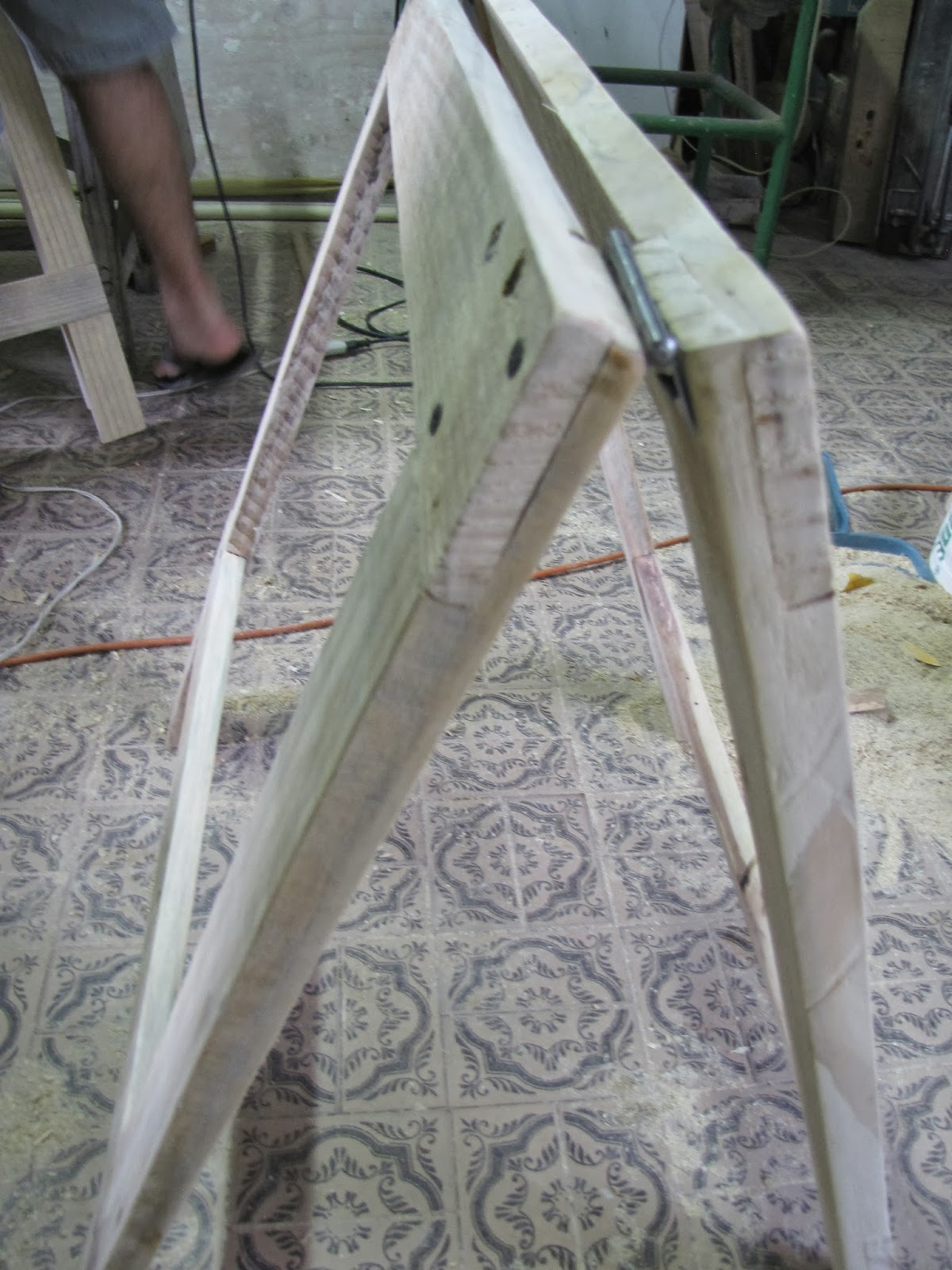 porta por cima. Fernando queria pintar os cavaletes igual a porta mas #4E5D68 1200x1600
