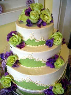 Katje\'s blog: This gorgeous first wedding cake with green roses ...