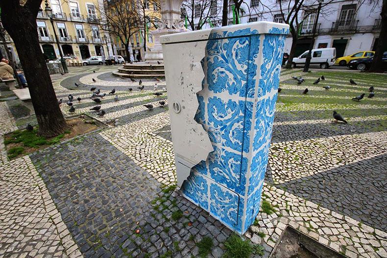 Ilusión de baldosa de cerámica pintada en una aburrida caja eléctrica en Lisboa