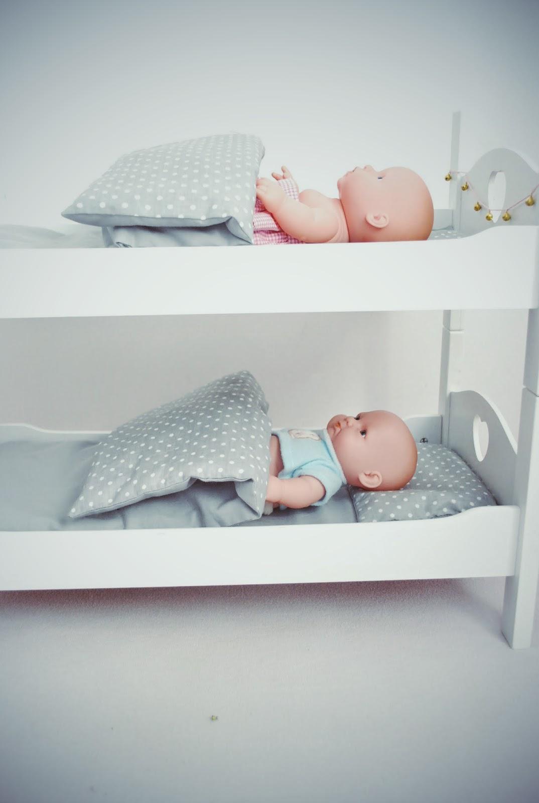 Małe Wilczki, pachnące lalki, bobasy, pachnące bobasy, łóżeczko piętrowe dla lalek, łóżeczko podwójne dla lalek, łóżeczko dla lalek, pościel dla lalek, mimbla, girlanda numero 74, girlanda z dzwoneczków