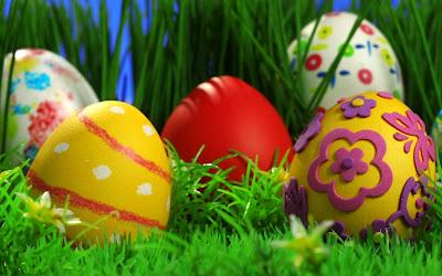 Huevos de pascua decorados con muchos colores