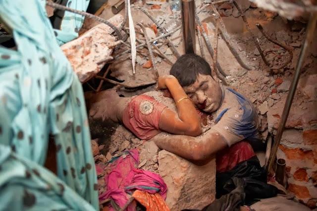 Мужчина и женщина под завалами здания Rana Plaza, в апреле обрушившегося в Бангладеше. В результате катастрофы погибло более 1000 человек