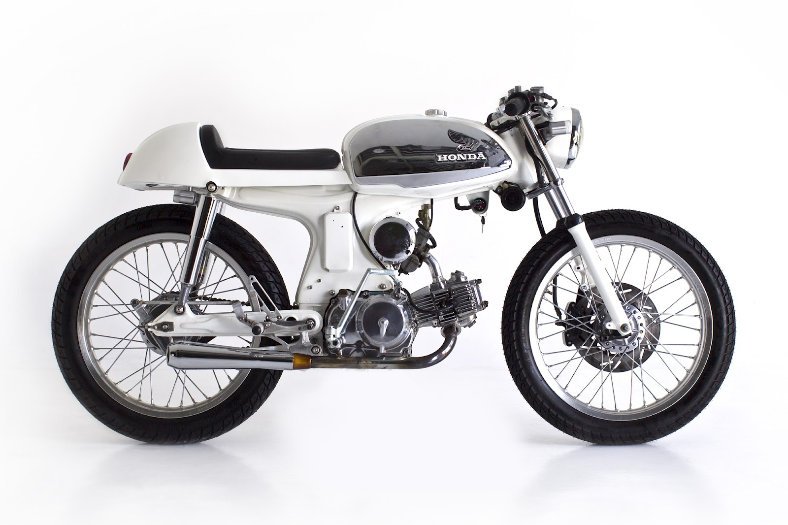 honda s90 cafe racer by deus return of the cafe racers. Black Bedroom Furniture Sets. Home Design Ideas