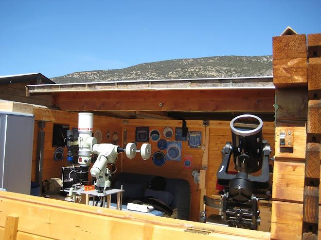 Els dos telescopis amb el sostre mig obert