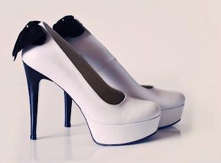 foto pantofi albi cu fundita neagra
