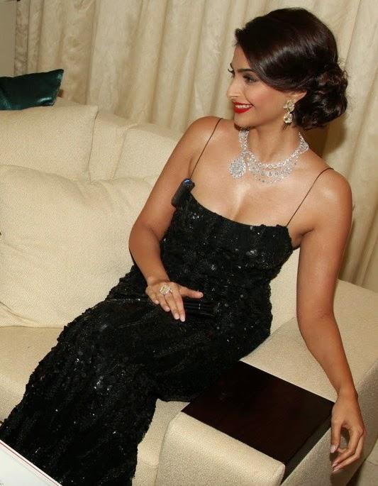 sonam kapoor very hot cleavage in black