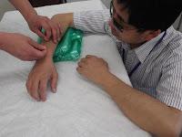 小林先生が聴講生の基本刺鍼の指導場面
