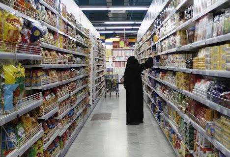 Wanita muslim berbelanja kebutuhan