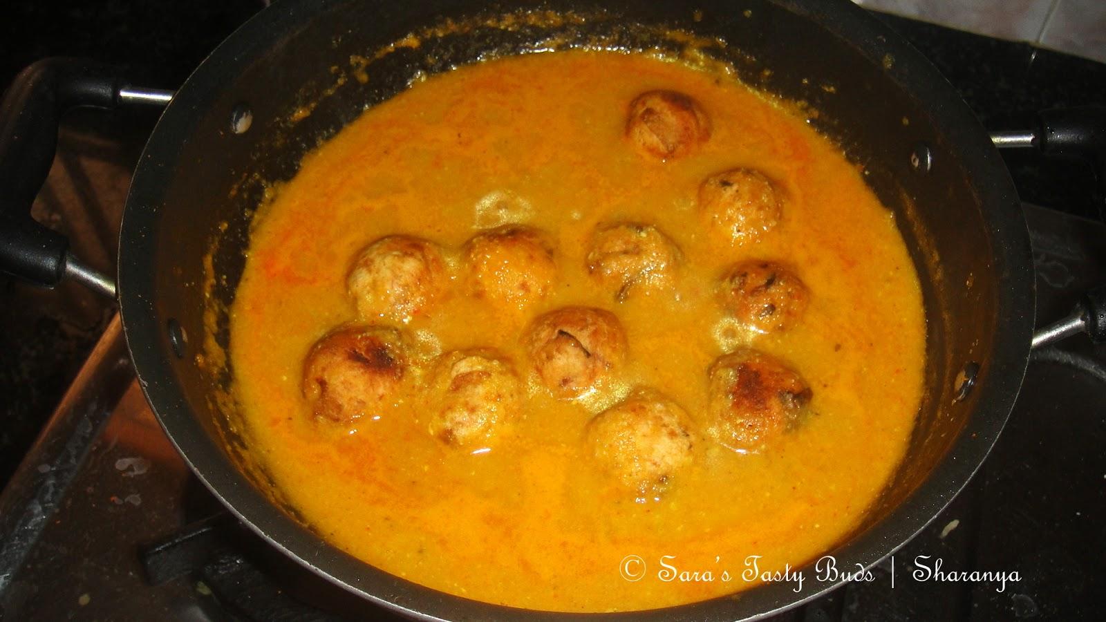 SARA'S TASTY BUDS: Yam Kofta curry / Senai Urundai Kulambu