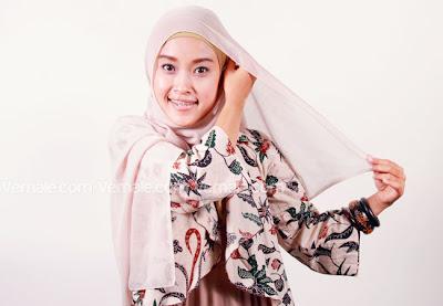 Cara Menggunakan Hijab Segi Empat Dengan Aksesoris Bunga