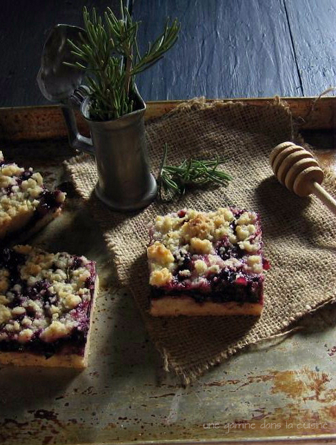blueberry crumb bars with rosemary crust | une gamine dans la cuisine