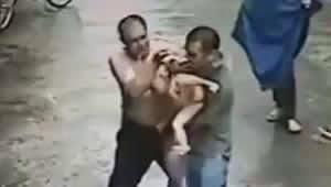 Vídeo incrível: Bebê de um ano cai de prédio e é salvo por homem na China