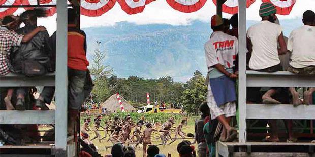 Menonton Festival Lembah Baliem.