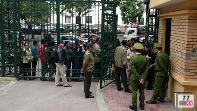 Hình ảnh thường thấy hằng ngày ở cổng TAND TP Hà Nội: người dân chờ đợi, năn nỉ bảo vệ cho vào tòa - Ảnh: Tâm Lụa