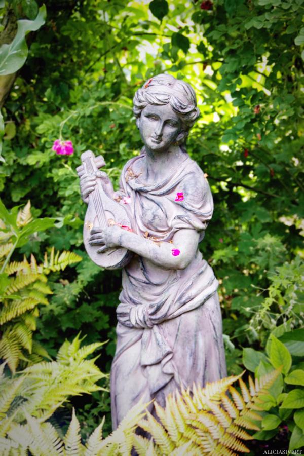 aliciasivert, alicia sivertsson, Les Jardins d'Angelique, normandie, normandy, france, frankrike, trädgård, trädgårdar, garden, gardens, rose, roses, flowers, gardening, flower, blommor, trädgårdskonst, växtlighet, rosor, staty, statue