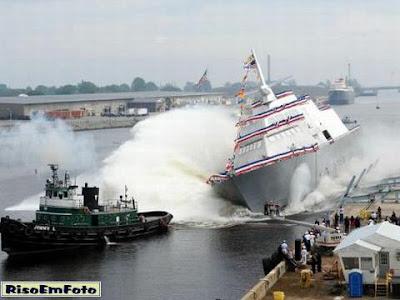 Navio é lançado ao mar dando a impressão de manobra com Jet Ski.
